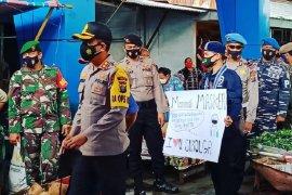 Polres Sibolga dan kelompok mahasiswa Cipayung razia masker