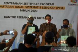 Plt Wali Kota Palu serahkan sertifikat tanah  PTSL Page 1 Small