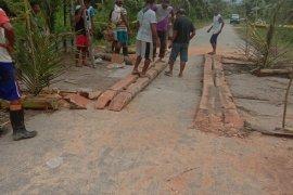 Warga Desa Hatu bantu Polsek Tehoru bangun jembatan darurat