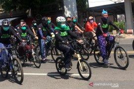 Gubernur Khofifah bersepeda sembari sosialisasikan pencegahan penularan COVID-19