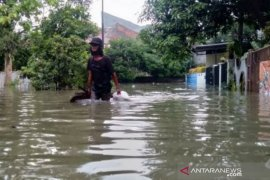 Petugas BPBD Kota Bogor evakuasi sebagian warga terdampak banjir