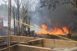 Sebuah gudang minyak di Lingkar Barat Jambi habis terbakar