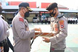 Kapolresta Banjarmasin berikan penghargaan personel berprestasi dan berdedikasi