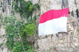 Palindo bentangkan bendera raksasa di Tebing Lidah Jeger Bogor
