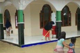 Khawatir banjir susulan, seratusan KK di Cianjur mengungsi