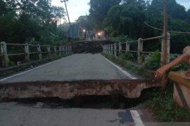 Jembatan penghubung di Desa Lubuk Batang OKU putus total