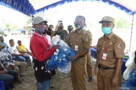 Bupati serahkan alat tangkap ikan untuk nelayan Desa Batakan