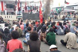 Ratusan mahasiswa di Kota Ternate demo di hari Sumpah Pemuda