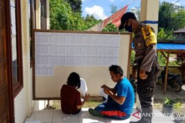 PPK dan Panwascam didampingi polisi tempel DPT di PPS