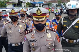 Satlantas Polrestabes Bandung tak segan derek mobil parkir liar