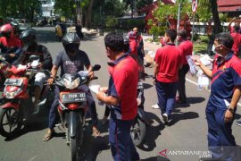 Lapas Cirebon bagikan masker gratis produksi napi kepada pengguna jalan