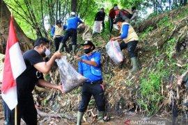 Peringati Sumpah Pemuda Dengan Memunggut Sampah Ciliwung