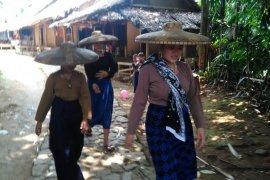 Petani  warga Suku Baduy lakukan gerakan tanam padi huma