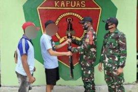 Satgas Pamtas terima satu pucuk senjata rakitan dari warga Pareh