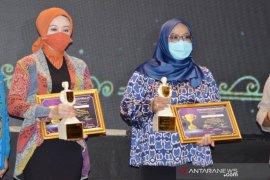 Bupati Bogor terima penghargaan sebagai perempuan pejuang di tengah pandemi