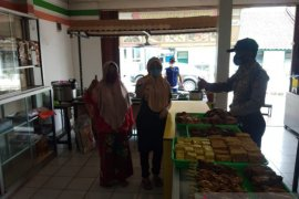 Petugas gabungan tegur pelaku usaha di Sukabumi tidak terapkan protokol kesehatan
