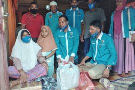 Jenguk penyandang disabilitas, KNPI Aceh Timur salurkan sembako