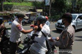 Petugas gabungan Kota Sukabumi lakukan patroli tekan COVID-19