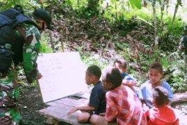 Satgas Pamtas RI-PNG berikan bimbingan belajar anak-anak di perbatasan