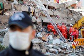 Terkubur 33 jam, seorang pria Turki berusia 70 tahun berhasil diselamatkan