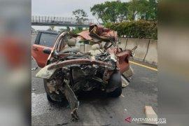 Livina seruduk ekor truk di tol, 2 tewas di tempat