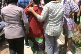 Suami lagi melaut, anak pergoki ibu selingkuh dengan pria lain
