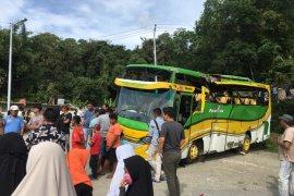 Tak kuat menanjak, sebuah bus wisata mundur dan terbalik