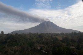 Mt Sinabung spews another burst of hot ash; alert sounded