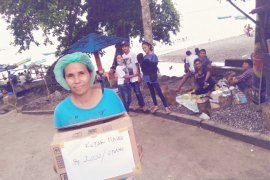 Kaum ibu menanti bantuan tenda jualan di objek wisata Pantai Hukurila