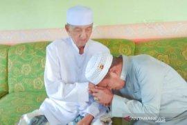 Video-Cabup HST  Tamzil sungkem dengan Tuan Guru Besar Haji Moehtar