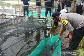 Polres Bangka Selatan beri bantuan bibit ikan dan sembako