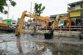 15 kendaraan berat dikerahkan untuk normalisasi Sungai Kalibokor Surabaya