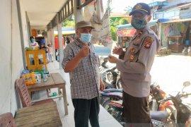 Pimpinan kecamatan di Bengkayang kompak bagikan masker ke warga