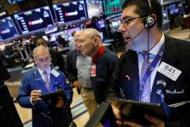 Wall Street anjlok dipicu ketidakpastian peluncuran massal COVID-19