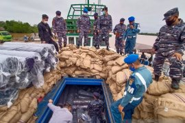 TNI tangkap kapal angkut elektronik dan bahan tekstil impor ilegal