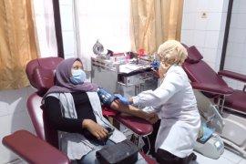Nelayan, anak motor dan santri donor darah di Mataram