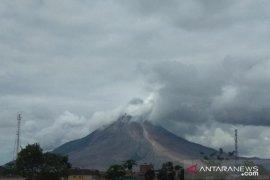 Gunung Sinabung kembali luncurkan awan panas, warga diimbau menjauh