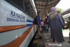 KAI Cirebon bagikan 1.058 tiket gratis untuk guru dan nakes