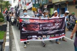 Bakar poster hingga seruan aksi boikot produk Prancis di Asahan