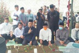 Jenazah kakak kandung Walikota Pangkalpinang dimakamkan di TPU Bukit Lama