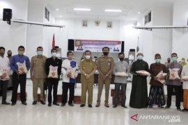 Wagub Hadi Mulyadi serahkan bantuan paket sembako untuk santri Ponpes