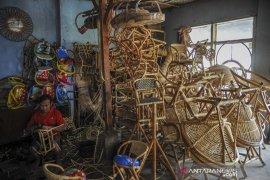 Produksi tempat duduk sepeda dari rotan