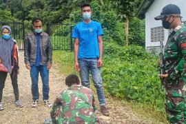 Satgas Pamtas amankan tiga orang pelintas batas ilegal di Entikong