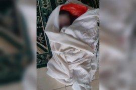 Seorang pemulung menemukan jasad bayi yang terbungkus dalam plastik merah di teras toko