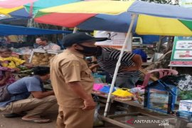 Cegah COVID-19, Lurah Pasar 2 Natal Madina edukasi pengunjung pasar