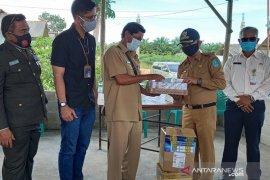 PT Timah Salurkan Bantuan Susu dan Vitamin ke Dusun Bedukang