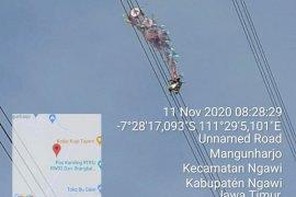 Layang-layang 10 meter menyangkut pada jaringan SUTET di Ngawi, pasokan listrik terganggu