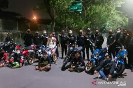 Tujuh remaja di pinggir tol Kembangan ditangkap polisi