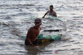 Perahu Nelayan Pecah Akibat Gelombang Tinggi Dan Angin Kencang  Page 1 Small