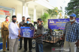 Wali Kota serahkan bantuan modal usaha tahap tiga untuk pelaku UMKM